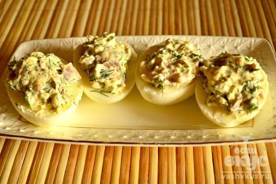 Яйца, фаршированные копченой курицей и зеленью