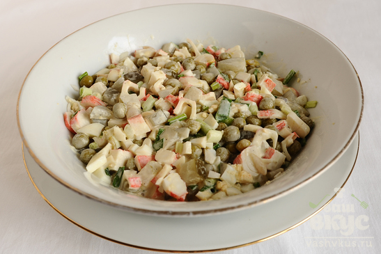 Простой салат из крабовых палочек с луком