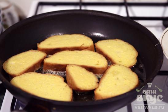Гренки в гусином яйце с козьим сыром