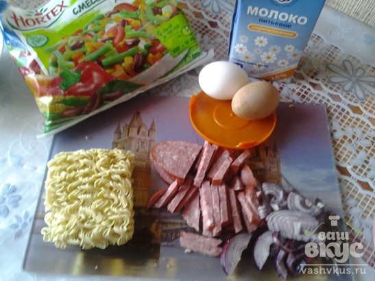Омлет с овощами и лапшой быстрого приготовления Роллтон