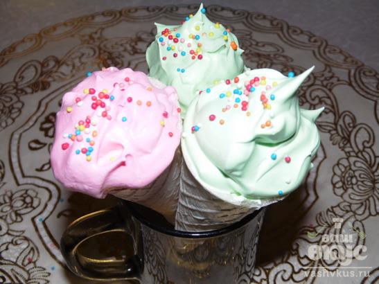 Пирожное - рожок со сливочным кремом