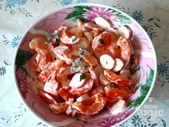 Салат из помидоров и крабовых палочек с зеленью