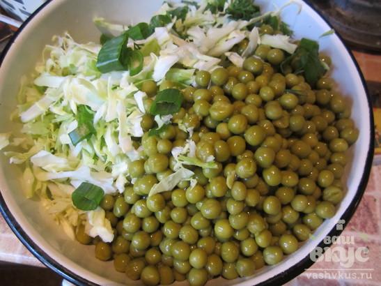 """Салат с капустой, зеленью и колбасой """"Днестр"""""""