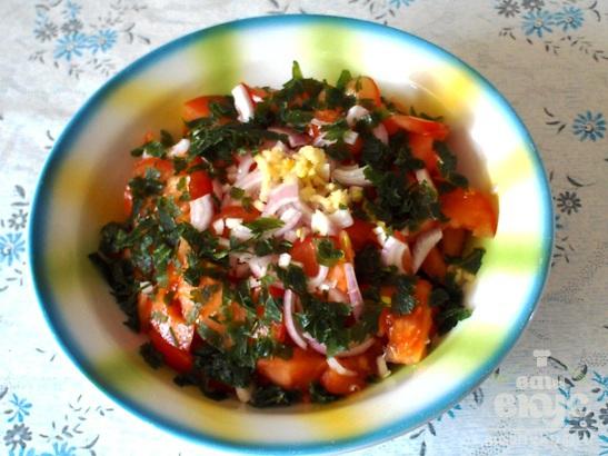 Салат из помидоров, зелени и фасоли