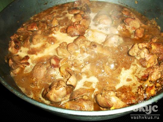 Куриная печень с яблоками в винном соусе