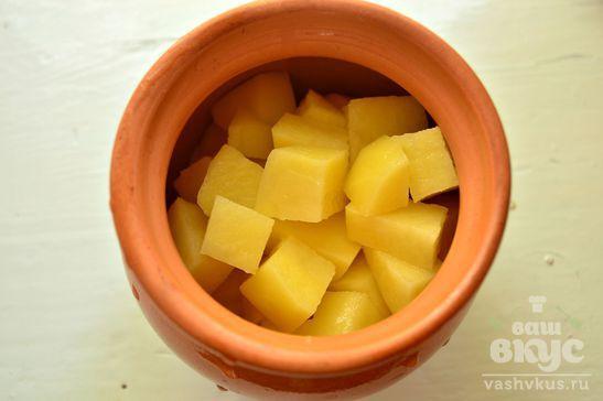 Картофель с помидорами на курином бульоне в горшочке