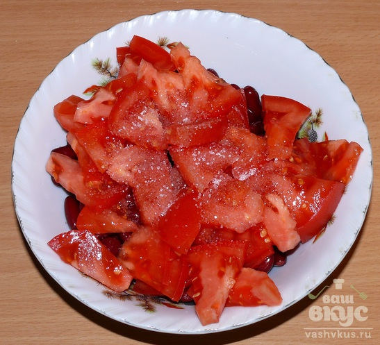 Салат из фасоли, томатов и редиса