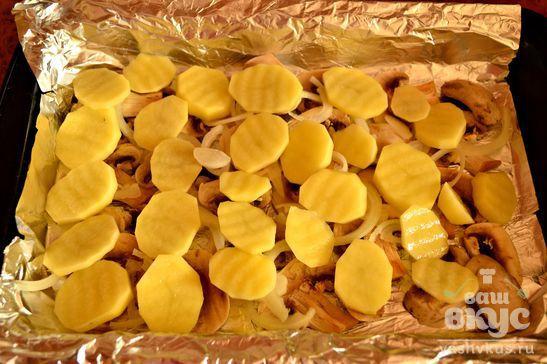 Шампиньоны с молодым картофелем в духовке