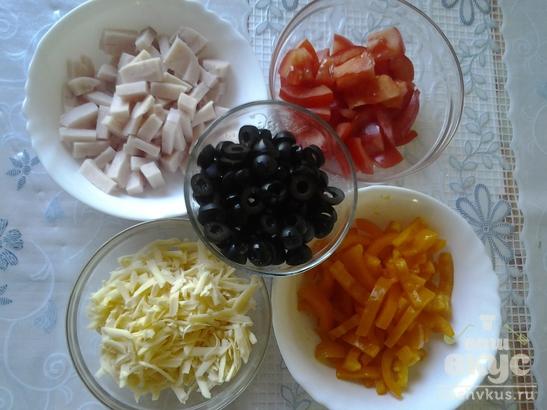 Салат из ветчины с французской горчицей и маслинами