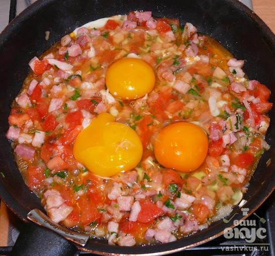 Яичница с помидором и свиной грудинкой «Сытная»