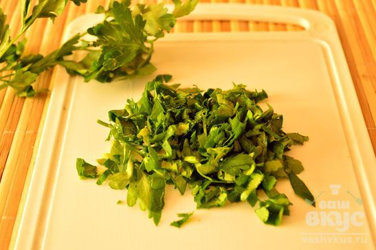 Салат с сухариками и петрушкой