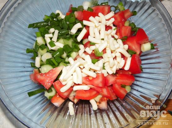 Салат из помидоров, огурцов и сулугуни