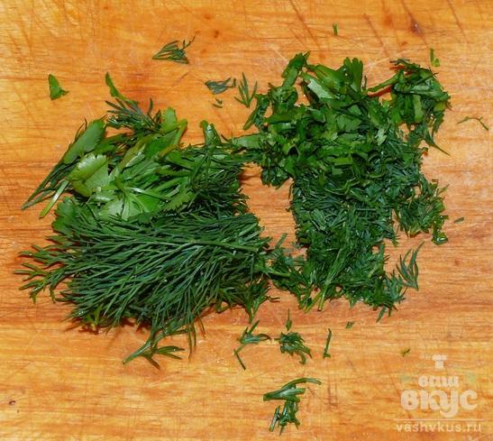 Помидор с зеленью, чесноком и редисом