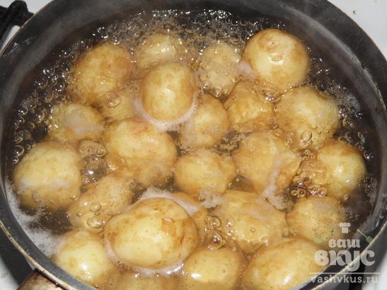 Молодой картофель, обжаренный с чесноком