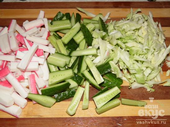 Свежий салат из огурцов, капусты и крабовых палочек