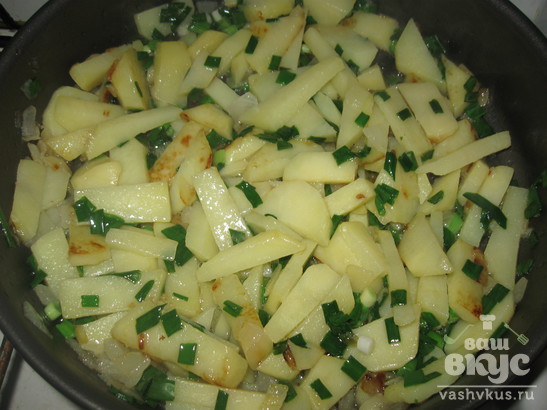 Жареный картофель в омлете с зеленью