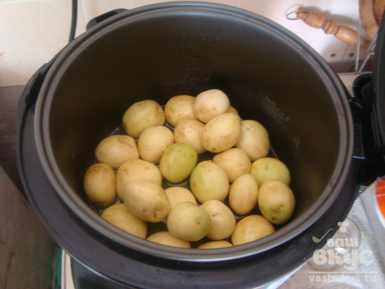 Молодой картофель жаренный в мультиварке