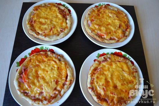 Мини - пицца из слоеного дрожжевого теста с колбасой