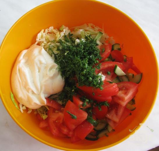 Салат из молодой капусты с ветчиной и помидором