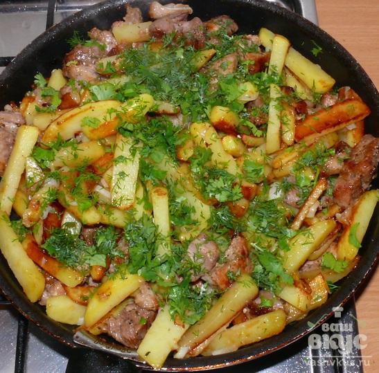 Свинина, жаренная с картофелем, луком и чесноком