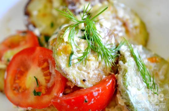 Кабачки с чесноком и помидором