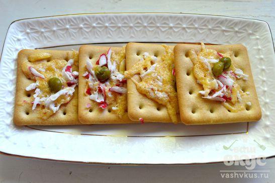 Крекеры с крабовыми палочками и сыром