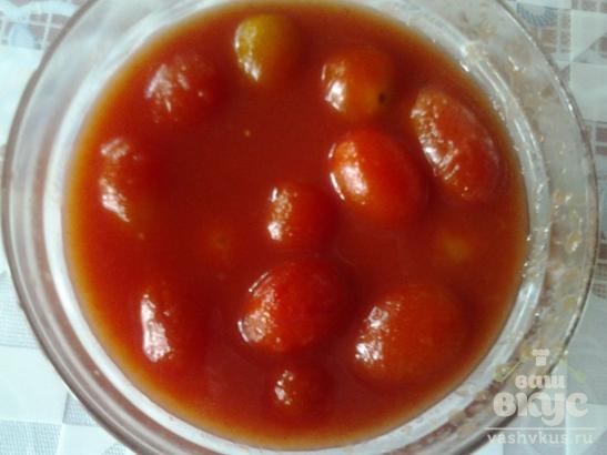 Куриная печень с консервированными помидорами черри