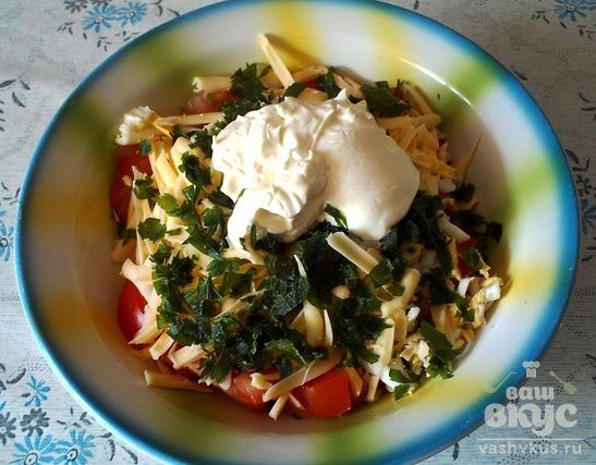 Салат из помидоров, сыра и яиц