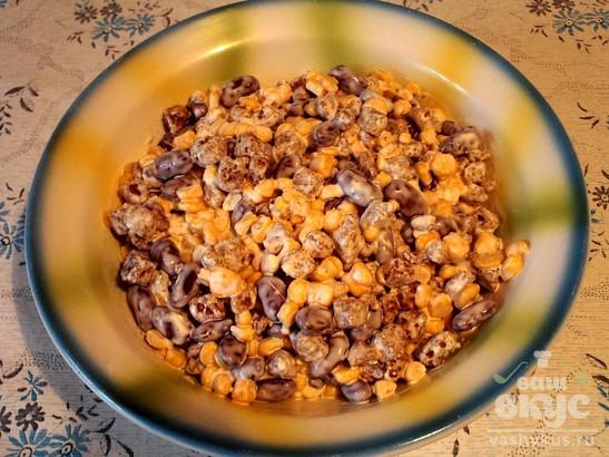 Салат из сухариков, фасоли и кукурузы