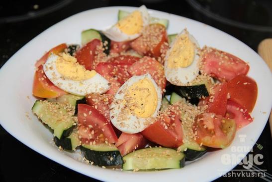 Овощной салат с яйцом и кунжутом