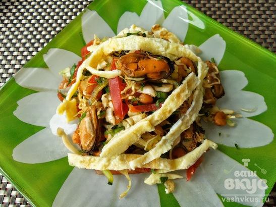 Салат с морепродуктами и омлетом