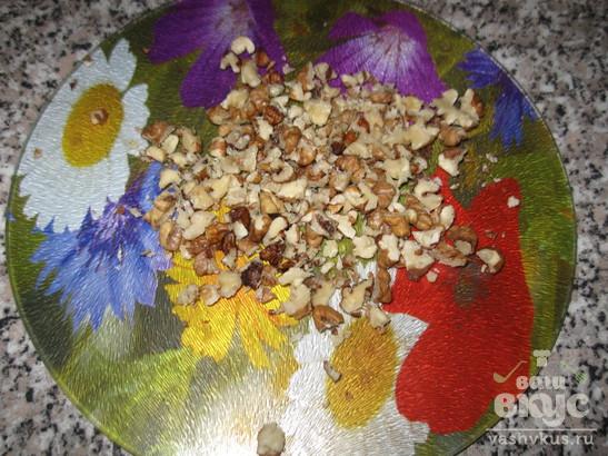 Салат с курицей, грибами и грецкими орехами