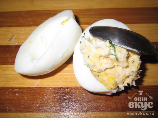 Фаршированные яйца с курицей и чесноком