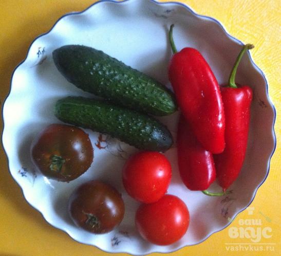 Овощной салат с мягким сыром