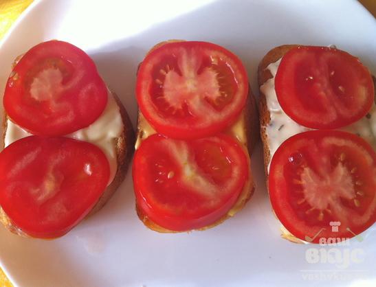 Пикантные бутерброды с томатом и сыром