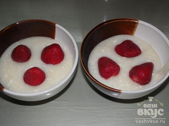Клубничный десерт из манки