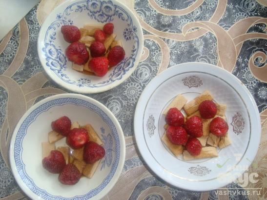 Десерт с клубникой и печеньем