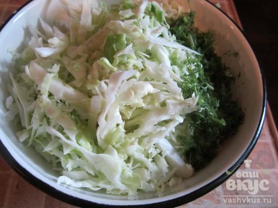 Капустный салат с курицей и сухариками