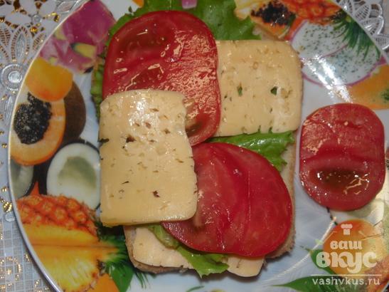Быстрый горячий бутерброд с помидором и сыром