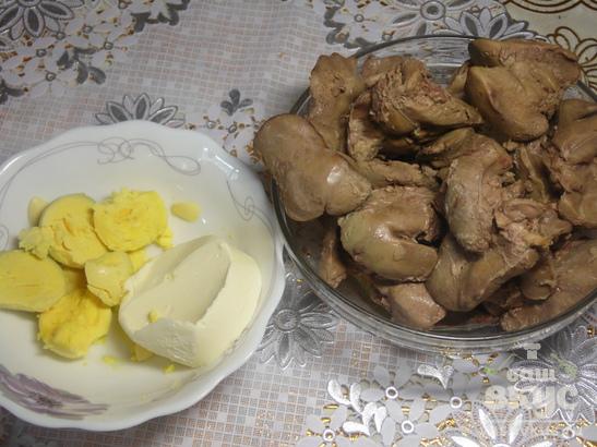 Печеночный паштет с маслом и укропом