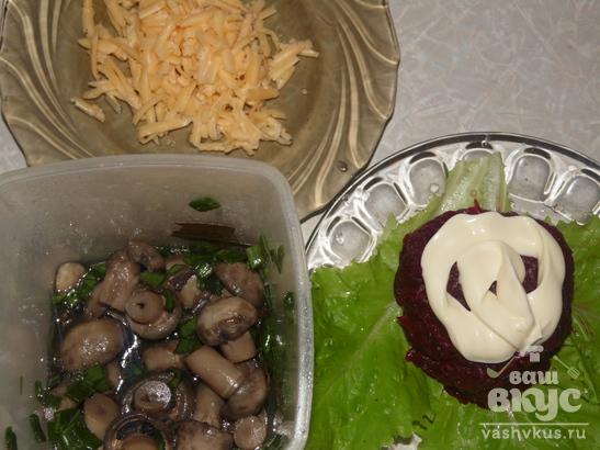 """Салат со свеклой и сыром """"Грибная поляна"""""""