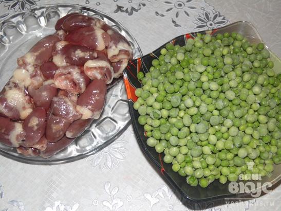 Тушеные куриные сердечки с зеленым горошком