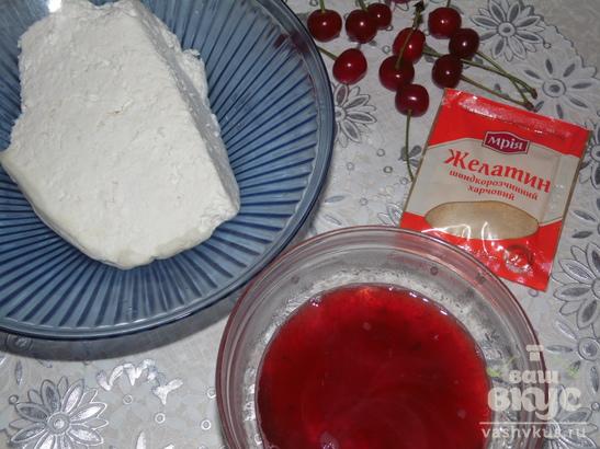 Клубнично - творожный десерт с вишнями