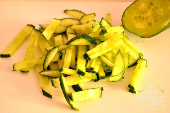 Салат с ананасом, сыром и огурцом