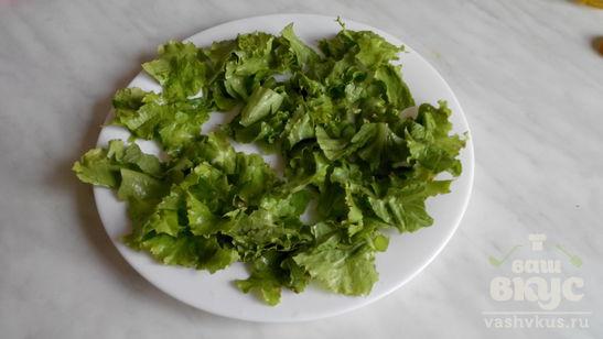 Салат с печенью, помидорами и листьями салата