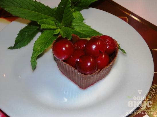 Шоколадные корзинки с вишнями