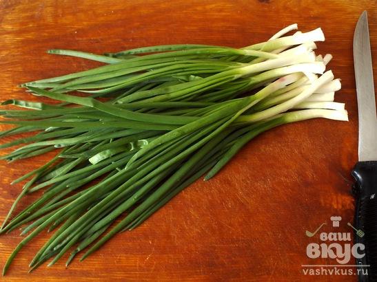 Простой салат с яйцом и зеленым луком