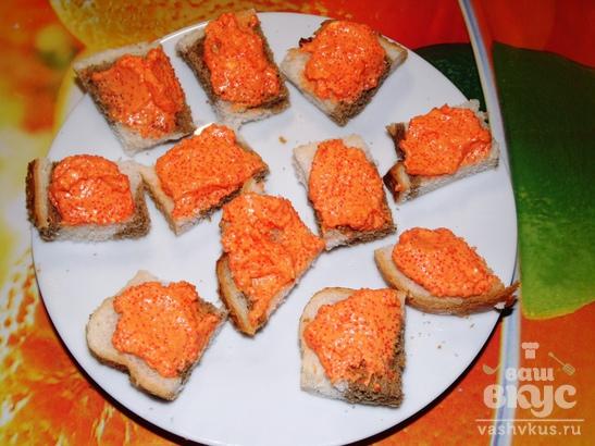 Салат из икры мойвы с крабовыми палочками