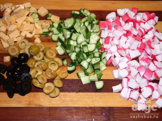 Сырный салат из крабовых палочек, огурцов и маслин