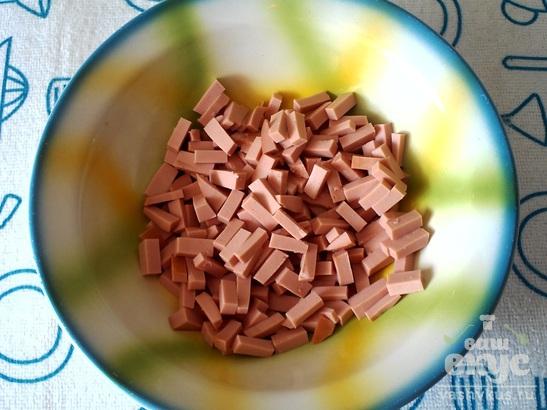 """Салат из колбасы и консервированной фасоли """"Мужской идеал"""""""